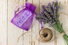 淡紫色花束 碗构成浮动的gerber温泉向毛巾扔石头 免版税库存照片
