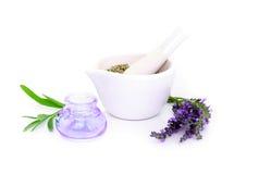 淡紫色花, lavander萃取物和montar与在白色隔绝的干燥花 免版税库存照片