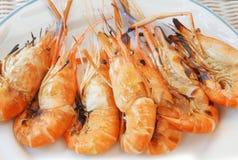 淡水虾在火烤了立即可食在白色盘 图库摄影