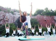 淮安市,江苏:两天夏至瑜伽和一天由瑜伽恋人的崇拜主张健康生活 免版税库存照片