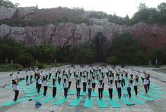 淮安市,江苏:两天夏至瑜伽和一天由瑜伽恋人的崇拜主张健康生活 免版税库存图片