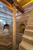 深井与一个专栏的尼罗河水量计大厦被校准测量尼罗省,尼罗省,开罗,埃及的水平 库存照片