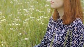 深刻的凝思户外,有红色头发的妇女坐轻松在莲花姿势,和平 股票录像