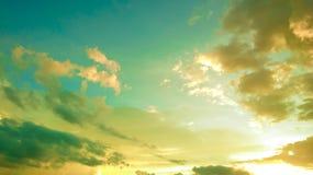 深和宽减速火箭的日落天空 免版税库存照片