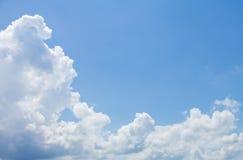 深和宽蓝天和云彩 免版税图库摄影
