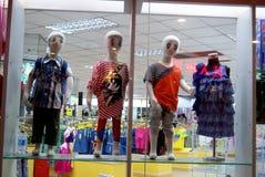 深圳瓷:在时装模特儿的商店窗口显示 免版税库存图片