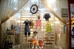深圳瓷:在时装模特儿的商店窗口显示 库存照片