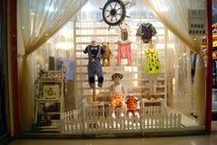 深圳瓷:在时装模特儿的商店窗口显示 库存图片