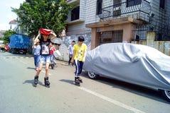 深圳瓷:在演奏滑轮的女孩的路上 免版税库存图片