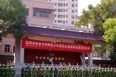 深圳瓷: 军事训练的中学学生 库存图片