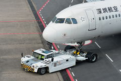 深圳航空公司推回在樟宜机场的空中客车A320 免版税库存图片