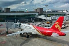 深圳航空公司空中客车A320停放在樟宜机场 免版税库存图片