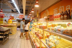 深圳,中国:买面包和其他食物 免版税库存图片
