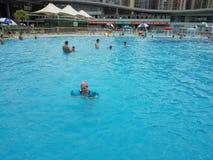 深圳,中国:人们游泳作为消遣体育 免版税库存照片