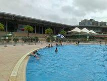 深圳,中国:人们游泳作为消遣体育 免版税库存图片