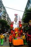深圳,中国:传统民间piaose游行活动,穿古老服装的孩子齐射舞蹈,非常美好 库存照片