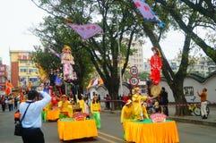 深圳,中国:传统民间piaose游行活动,穿古老服装的孩子齐射舞蹈,非常美好 免版税图库摄影