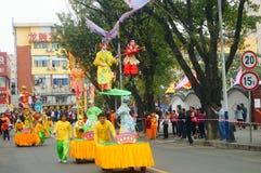 深圳,中国:传统民间piaose游行活动,穿古老服装的孩子齐射舞蹈,非常美好 免版税库存照片