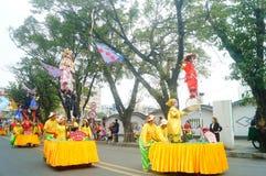 深圳,中国:传统民间piaose游行活动,穿古老服装的孩子齐射舞蹈,非常美好 图库摄影