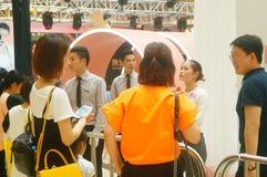 深圳,中国:公和母爱好者等待观看香港女演员胡杏儿D 免版税图库摄影