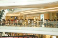 深圳,中国:公和母爱好者等待观看香港女演员胡杏儿D 库存照片