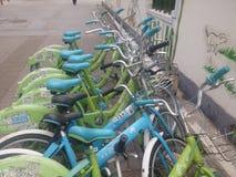 深圳,中国:分享风景的街道自行车 免版税图库摄影