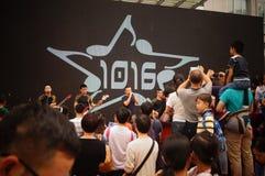 深圳,中国:在唱歌表现的警察 免版税库存照片