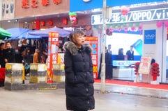 深圳,中国:在街道上的少妇 免版税库存照片