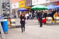 深圳,中国:在街道上的少妇 图库摄影