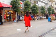 深圳,中国:在街道上的少妇 库存图片