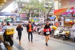深圳,中国:在街道上的少妇 库存照片