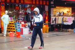 深圳,中国:在街道上的少妇 免版税库存图片