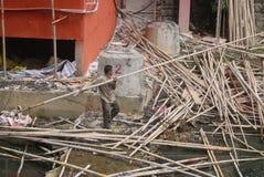 深圳,中国:处理的一名建筑工人竹子 库存照片