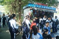 深圳,中国:学生在他的方式家的学校 库存照片