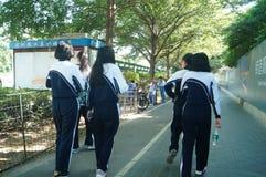 深圳,中国:学生在他的方式家的学校 库存图片