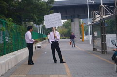 深圳,中国:拿着广告标志的住宅职员不动产市场 库存图片