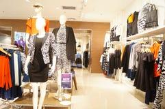 深圳,中国:服装店内部风景 免版税库存照片
