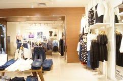 深圳,中国:服装店内部风景 免版税图库摄影