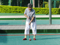 深圳,中国:演奏槌球锻炼的老人 库存图片