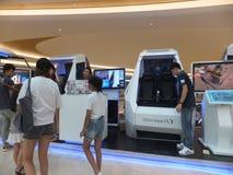 深圳,中国:虚拟现实经验,妇女是愉快参与 免版税库存照片