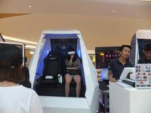 深圳,中国:虚拟现实经验,妇女是愉快参与 库存照片