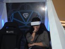 深圳,中国:虚拟现实经验,妇女是愉快参与 库存图片