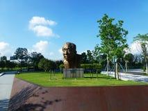 深圳,中国:袁庚雕象在深圳天分公园站立 免版税库存图片