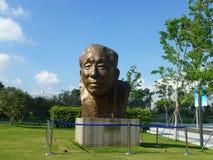 深圳,中国:袁庚雕象在深圳天分公园站立 图库摄影