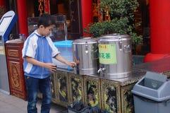 深圳,中国:餐馆外被安置的自由茶饮料 图库摄影