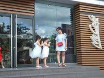 深圳,中国:麦克唐纳` s餐馆、孩子和妇女买食物 库存图片