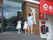深圳,中国:麦克唐纳` s餐馆、孩子和妇女买食物 免版税图库摄影