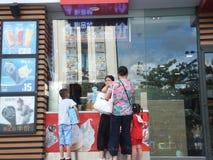 深圳,中国:麦克唐纳` s餐馆、孩子和妇女买食物 图库摄影