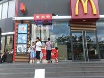 深圳,中国:麦克唐纳` s餐馆、孩子和妇女买食物 免版税库存图片