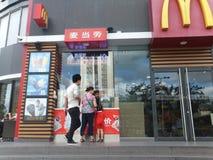 深圳,中国:麦克唐纳` s餐馆、孩子和妇女买食物 免版税库存照片